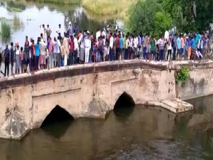 उफनाई नदी में लगाई छलांग, स्थानीय लोग तलाश में जुटे; नहीं मिला कोई सुराग गाजीपुर,Ghazipur - Dainik Bhaskar