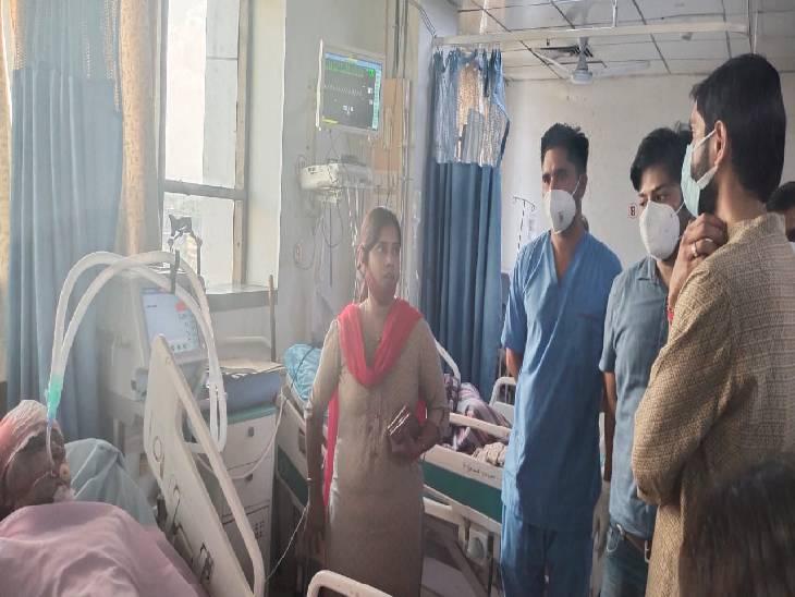 इटावा में सड़क हादसे के बाद घालयों को साथियों ने सैफई मेडिकल यूनिवर्सिटी में करवाया भर्ती। - Dainik Bhaskar