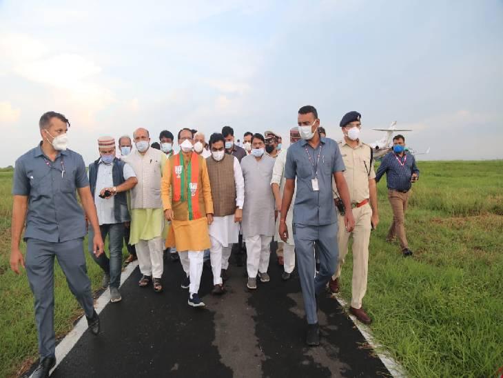 डुमना एयरपोर्ट पर सांसद राकेश सिंह सहित सभी विधायक और महानगर अध्यक्ष जीएस ठाकुर ने किया स्वागत।