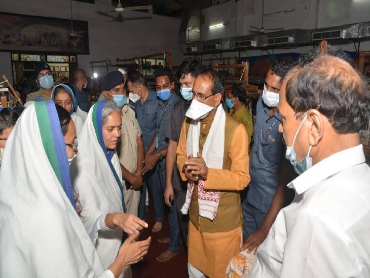 दयोदय गौशाला तीर्थ तिलवाराघाट स्थित चल चरखा केंद्र में ब्रह्मचारी दीदीयों द्वारा हथकरघा से बनाये गये वस्त्रों का अवलोकन करने पहुंचे सीएम।