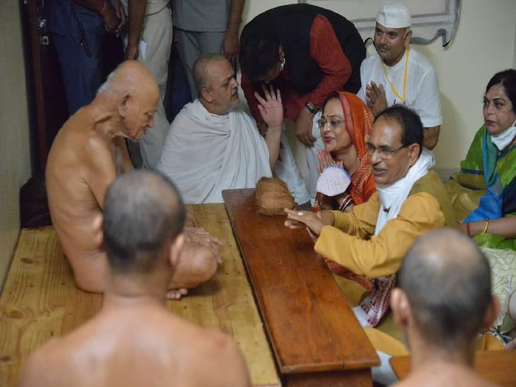 आचार्य विद्यासागर महाराज से आशीर्वाद लिया, तिलवारा दयोदय में गौ को ग्रास खिलाया, फिर चल चरखा हाथ करघा केंद्र का किया अवलोकन|जबलपुर,Jabalpur - Dainik Bhaskar