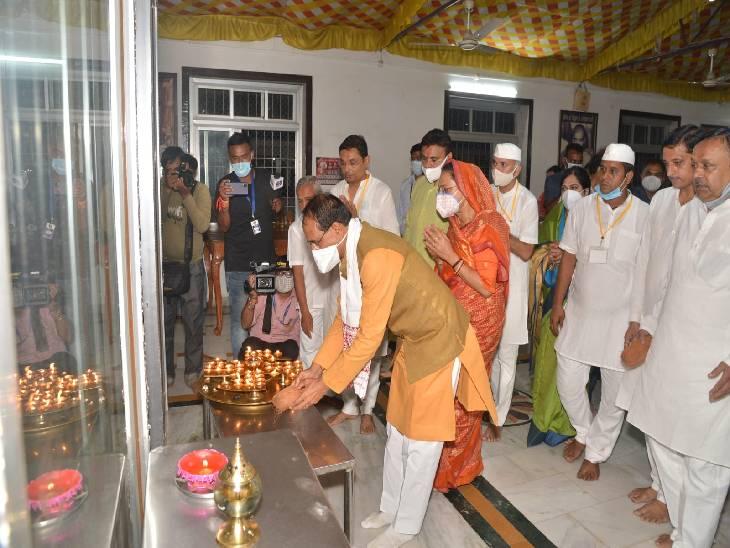 भगवान आदिनाथ की आरती उतारते सीएम शिवराज सिंह।
