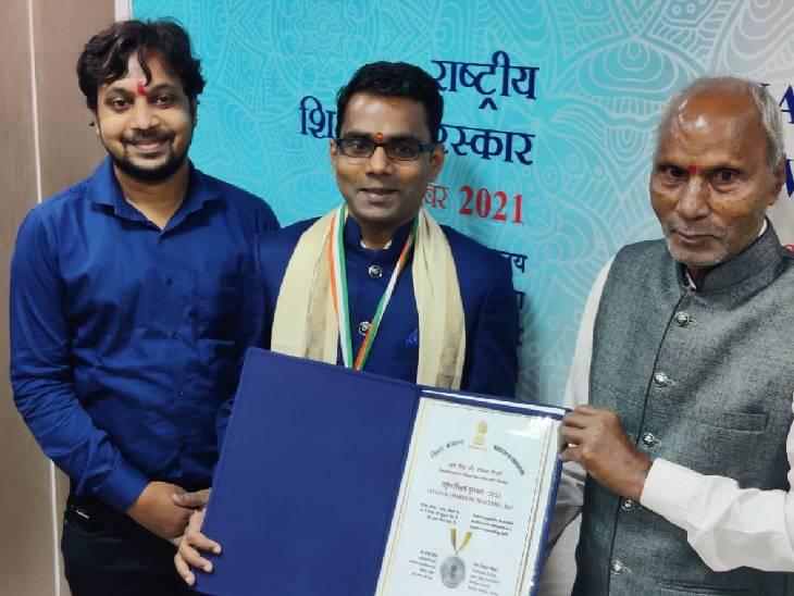 स्टडी मटेरियरल और चैनल बनाकर पढ़ाने वाले MP के शिक्षक शक्ति पटेल को राष्ट्रपति ने सम्मानित किया; वर्चुअल कार्यक्रम में पुरस्कार दिया|मध्य प्रदेश,Madhya Pradesh - Dainik Bhaskar