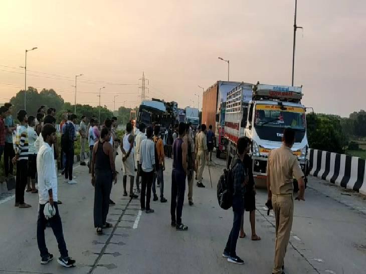 छात्रों को छतरपुर से इटावा लेकर जा रही थीं 3 बसें, हादसे में 7 लोग हुए घायल, दूसरे छात्रों ने घायलों को पहुंचाया अस्पताल|औरैया,Auraiya - Dainik Bhaskar