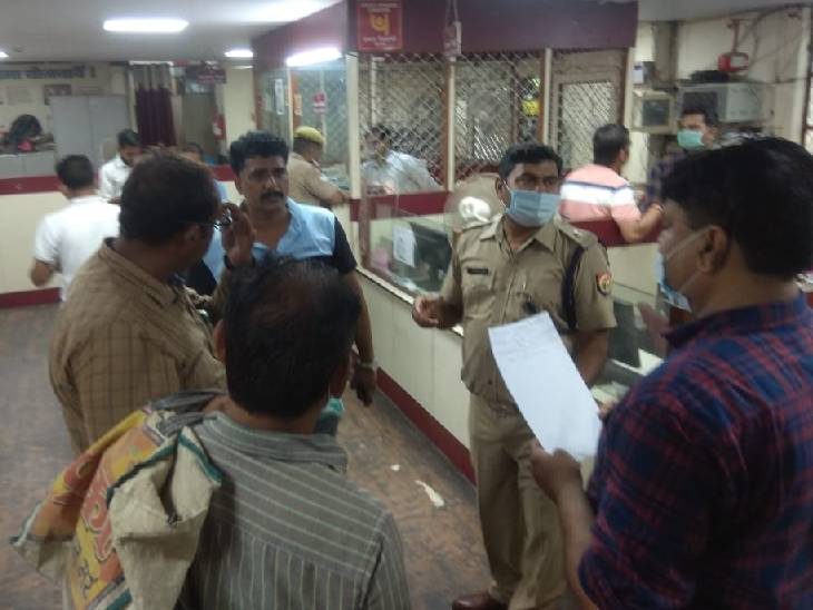 सीसीटीवी फुटेज में दो युवक रुपए ले जाते दिखे, पुलिस मामले की जांच में जुटी|कन्नौज,Kannauj - Dainik Bhaskar