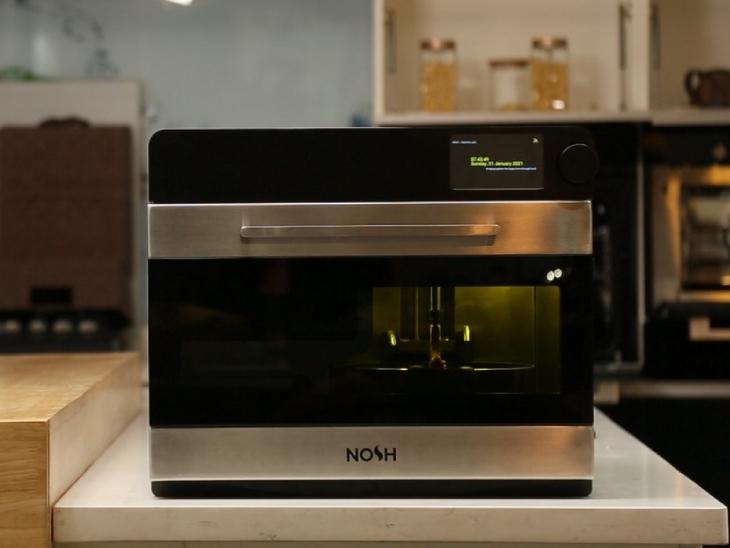 यह मशीन एक माइक्रोवेव जैसी दिखती है। ये मशीन भी खाना बनाने में उतना ही वक्त लेती है जितना एक आम इंसान।
