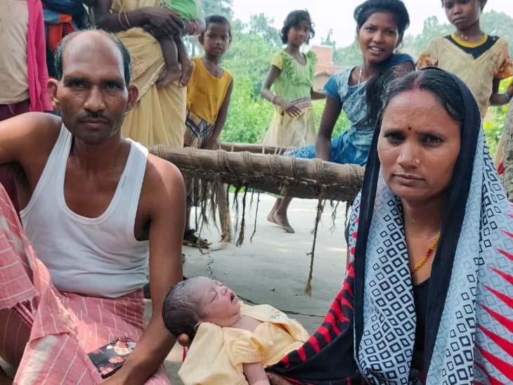 रोने की आवाज सुन बच्ची के पास पहुंचे लोग, काट रहीं थीं चिंटियां; निसंतान दंपती ने अपनाया|झारखंड,Jharkhand - Dainik Bhaskar