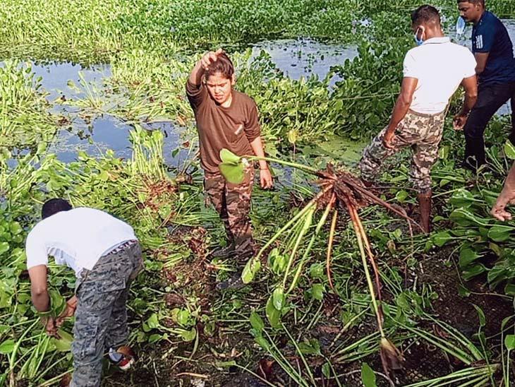 पुलिस और CRPF ने झील की सफाई का छेड़ा मुहिम, SP समेत सुरक्षाबलों ने जलकुंभी को हटाया|झारखंड,Jharkhand - Dainik Bhaskar