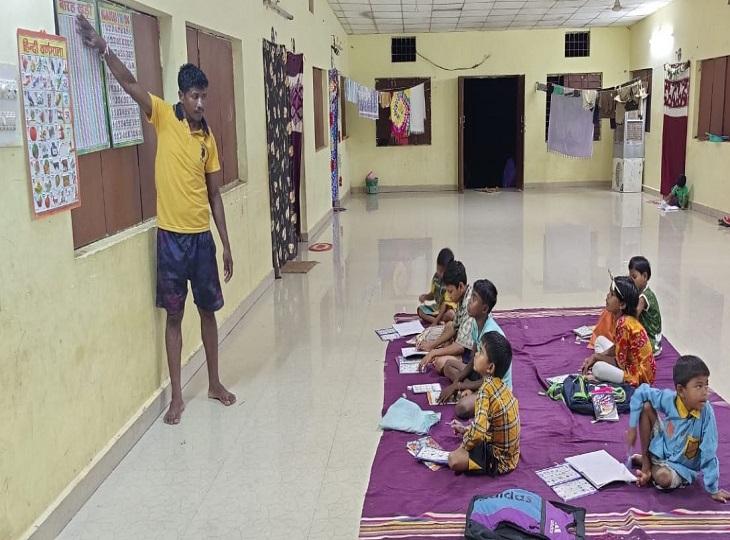 कभी नक्सल संगठन में रह कर बच्चों को माओवाद का पाठ पढ़ाने वाला नक्सली, सरेंडर के बाद बच्चों का संवार रहा भविष्य; हर रोज 2 घंटे लेता है क्लास|जगदलपुर,Jagdalpur - Dainik Bhaskar