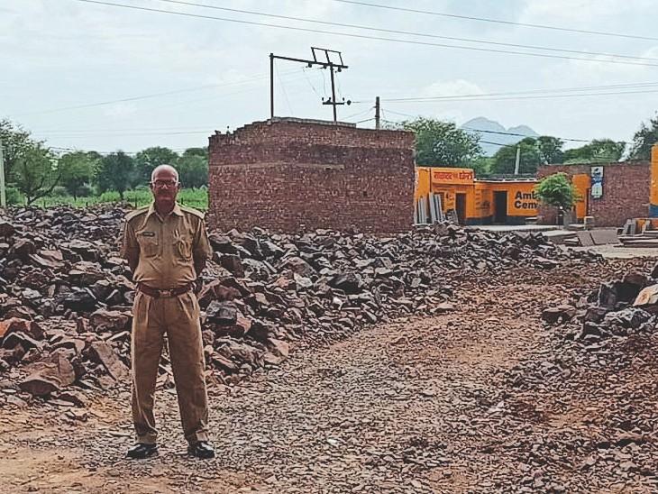 बाघोली में जब्त किए लोह अयस्क की पुलिस कर रही निगरानी, तारबंदी से बंद किए पहाड़ी के रास्ते|बाघोली,Bagholi - Dainik Bhaskar