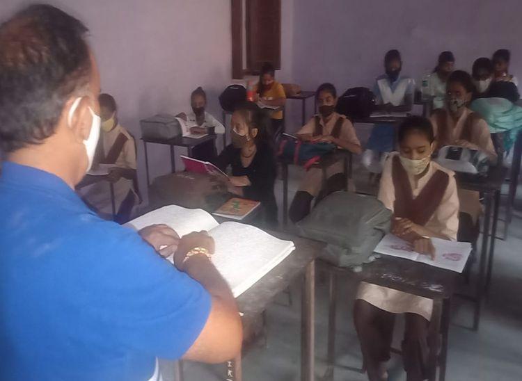 माता-पिता अनपढ़, खुद की आंखों में उजाला नहीं, स्टूडेंट के जीवन में भर रहे ज्ञान की रोशनी|पाली,Pali - Dainik Bhaskar