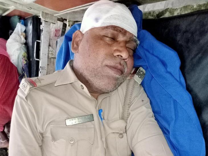 अस्पताल में घायल पुलिसकर्मी।