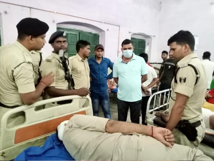 मारपीट के आरोपी को गिरफ्तार करने गई टीम पर उपद्रवियों ने लाठी-डंडे और तलवार से किया वार,महुआ SHO समेत कई पुलिसकर्मी घायल|बिहार,Bihar - Dainik Bhaskar