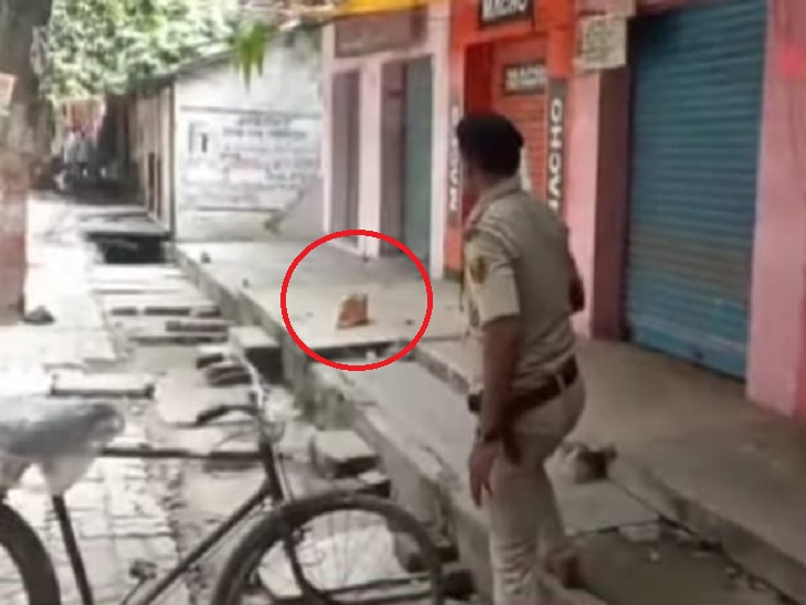 पत्थर मारकर बम चेक करती पुलिस। - Dainik Bhaskar