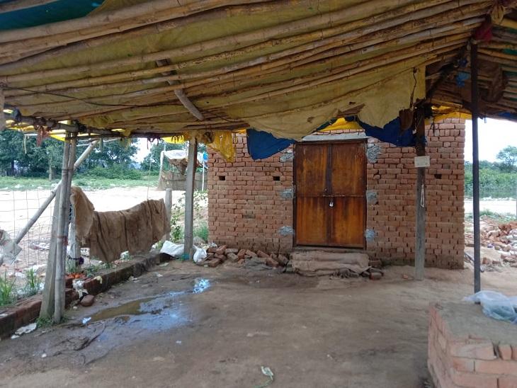 व्यापारियों ने इस तरह के अस्थाई दुकान का किया था निर्माण।