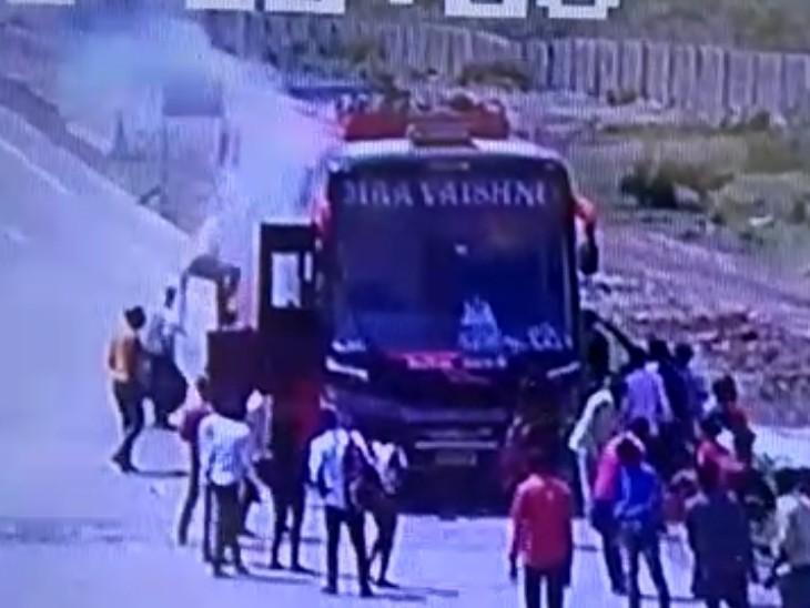 जान बचाने के लिए खिड़की से ही कूदकर निकल गए यात्री; MP से गुजरात जा रही थी, डिग्गी में हुआ शॉर्ट सर्किट|कोटा,Kota - Dainik Bhaskar