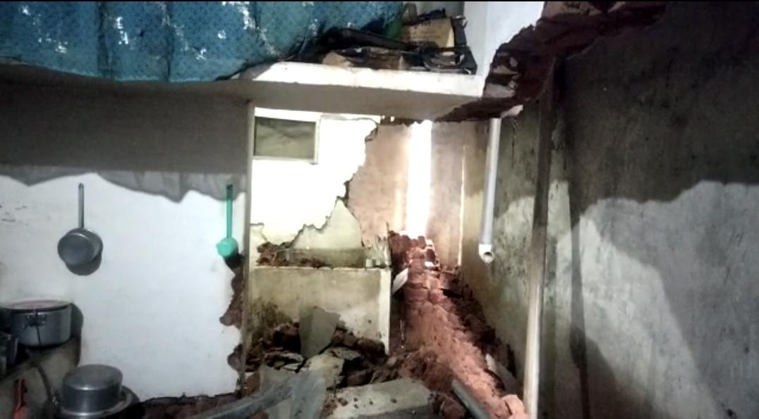 बारिश में जर्जर हुई दीवार, खाना बना रही महिला के ऊपर गिरी, अस्पताल में चल रहा है उपचार|छिंदवाड़ा,Chhindwara - Dainik Bhaskar