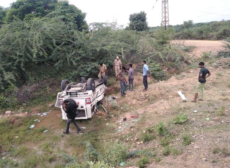 सड़क पर अचानक आ गया मवेशी, बचाने के चक्कर में बोलेरो पलटी, पांच चोटिल|पाली,Pali - Dainik Bhaskar