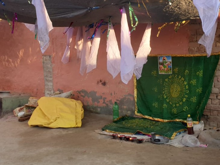 तांत्रिक महिला ने लोगों को झांसे में लेने के लिए अपने घर में ऐसा स्थान बना लिया था।