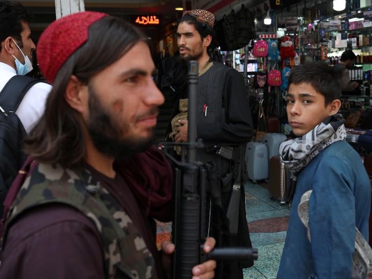 फोटो काबुल की है, यहां तालिबानी हथियारों के साथ बाजारों में पहरा दे रहे हैं।