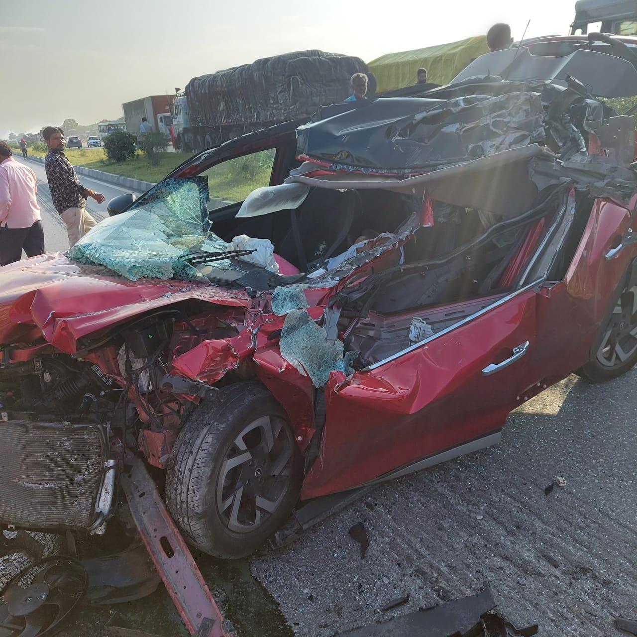 हादसे में क्षतिग्रस्त हुई कार।