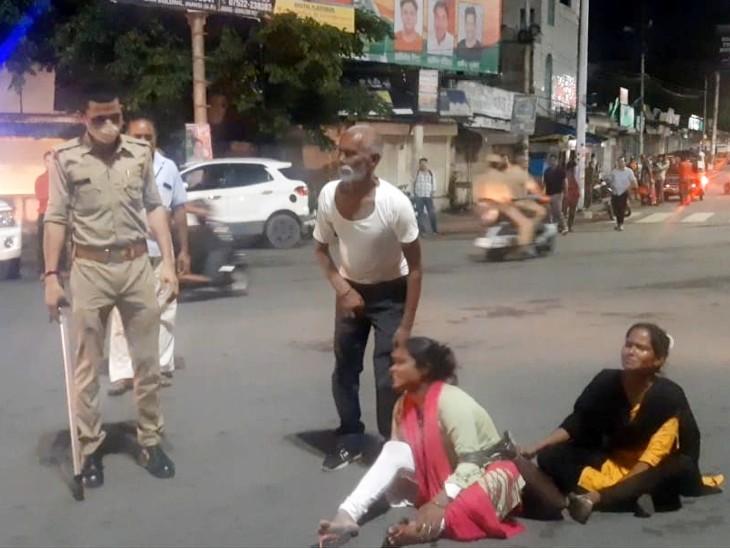 बीच चौराहे पर रात में धरने पर बैठकर महिलाओं ने किया हंगामा; कोतवाल पुलिस पर महिलाओं ने लगाए गंभीर आरोप|झांसी,Jhansi - Dainik Bhaskar