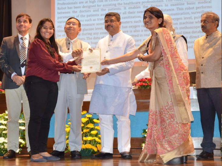 केन्द्रीय शिक्षा मंत्री धर्मेन्द्र प्रधान ने आकांक्षा के आविष्कार को 'नर्स रोबोट' नाम दिया। - Dainik Bhaskar