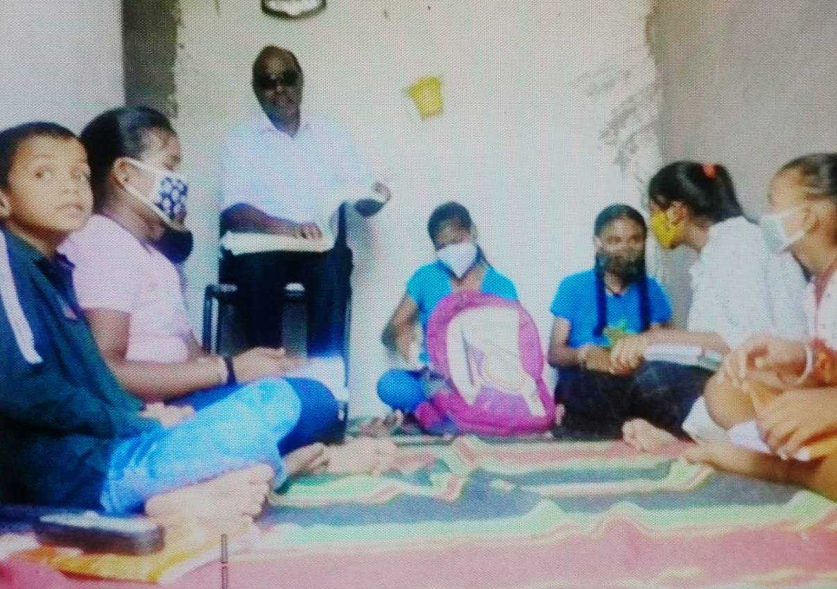मुरितराम के पास इस तरह से करीब 20 बच्चे पढ़ते हैं।