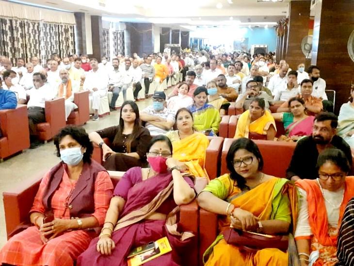 प्रबुद्ध सम्मेलन बड़ी संख्या में लोग पहुंचे जिसमें महिलाएं भी बड़ी संख्या में नजर आई