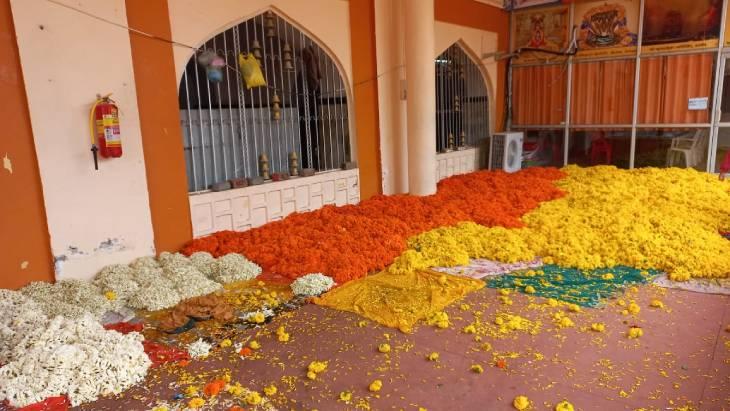 सजावट के लिए मंगाए गए फूल।