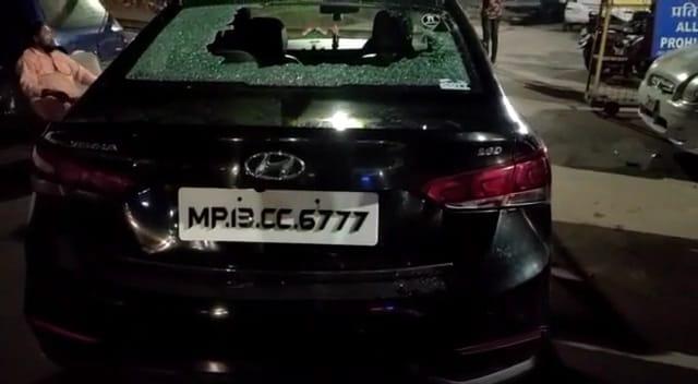 चारधाम मंदिर के पास बदमाशों ने 5 कारों के शीशे फोड़े, सीसीटीवी फुटेज से आरोपियों की तलाश|उज्जैन,Ujjain - Dainik Bhaskar