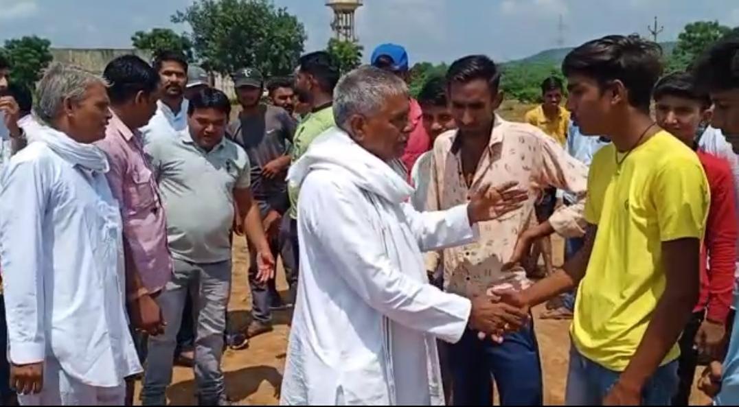 पूर्व विधायक सुरेंद्र सिंह जाड़ावत खिलाड़ियों से मिलते हुए।