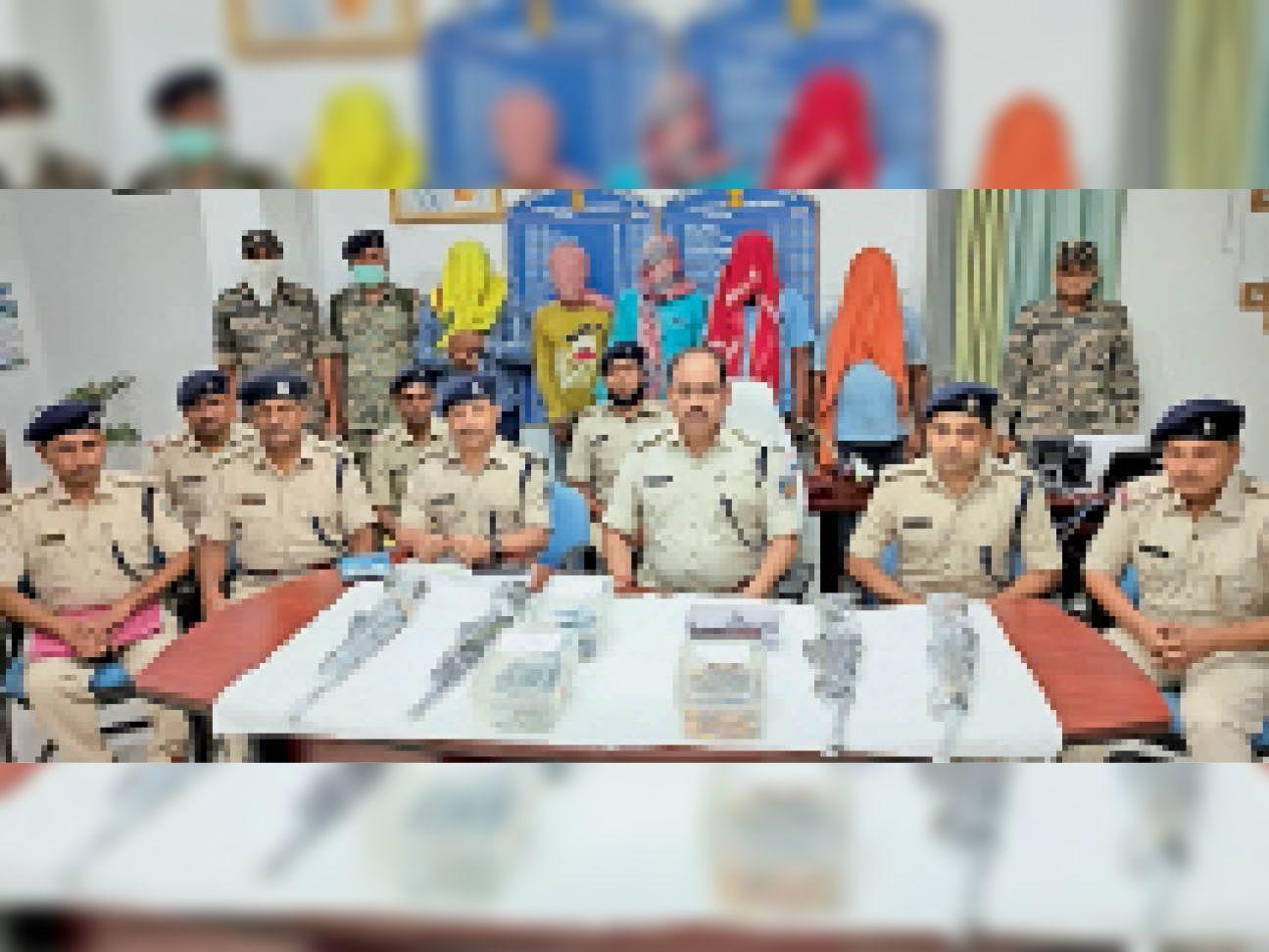 पत्रकारों को जानकारी देते एसपी, जब्त हथियार व पीछे खड़े अभियुक्त। - Dainik Bhaskar