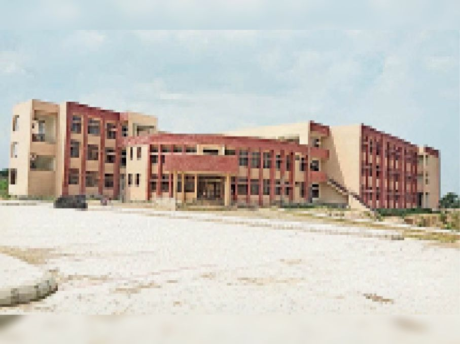 रानियां। रानियां महिला महाविद्यालय का अधर में लटका नए भवन का दृश्य। जो अभी अधूरा है। - Dainik Bhaskar