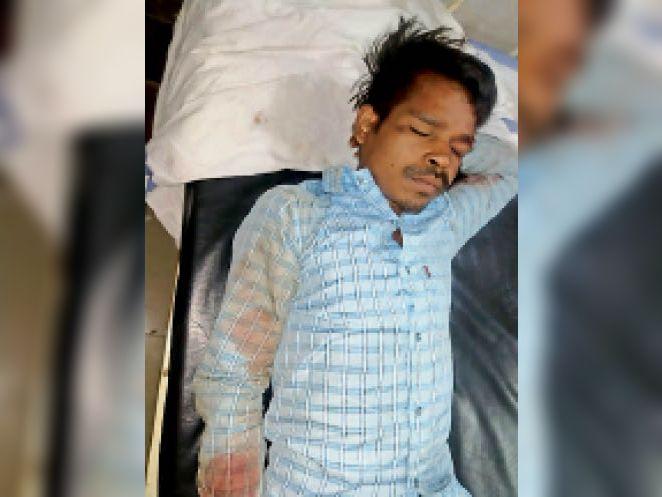 अस्पताल में भर्ती युवक। - Dainik Bhaskar