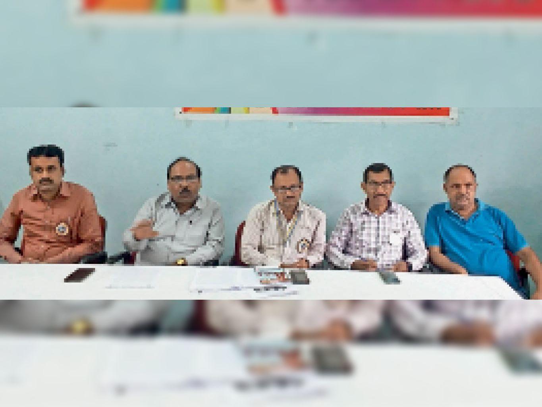 प्रेस कॉन्फ्रेंस में संघ के पदाधिकारी। - Dainik Bhaskar