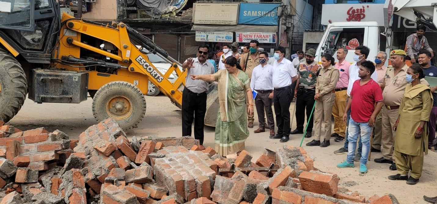महापौर ने कहा अवैध तरीके से मेट्रो ने कमरों का निर्माण करवाया, मेट्रो ने कहा हमने तोड़ा था तो बना रहे थे, 3 महीने का किराया भी दिया|कानपुर,Kanpur - Dainik Bhaskar