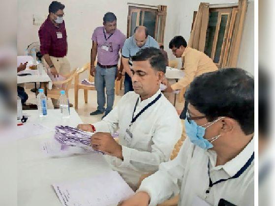 मतगणना करते हुए अधिकारी। - Dainik Bhaskar