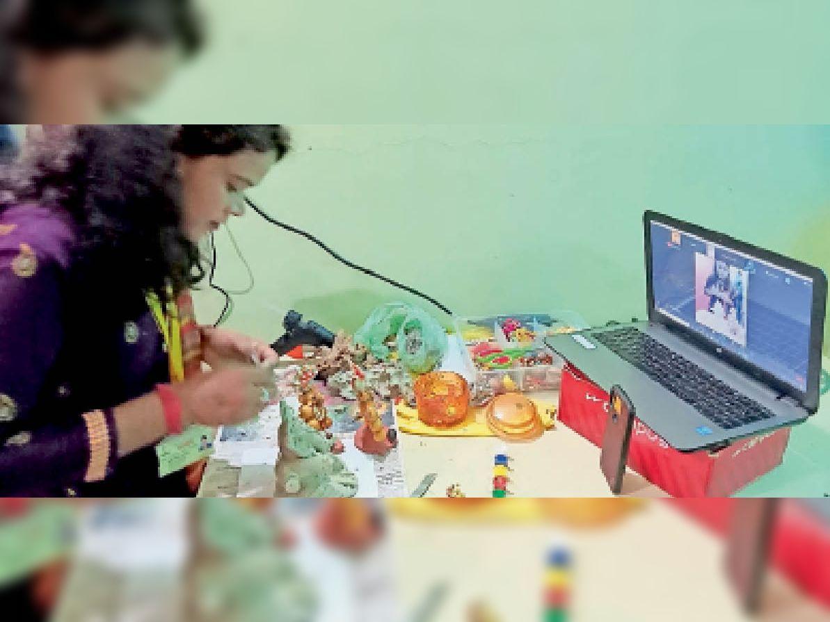ऑनलाइन प्रशिक्षण लेकर गणेश प्रतिमा बनाते हुए। - Dainik Bhaskar