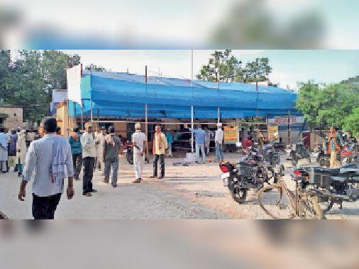 प्रतापगंज प्रखंड कार्यालय में लगाई गई बेरिकेडिंग। - Dainik Bhaskar