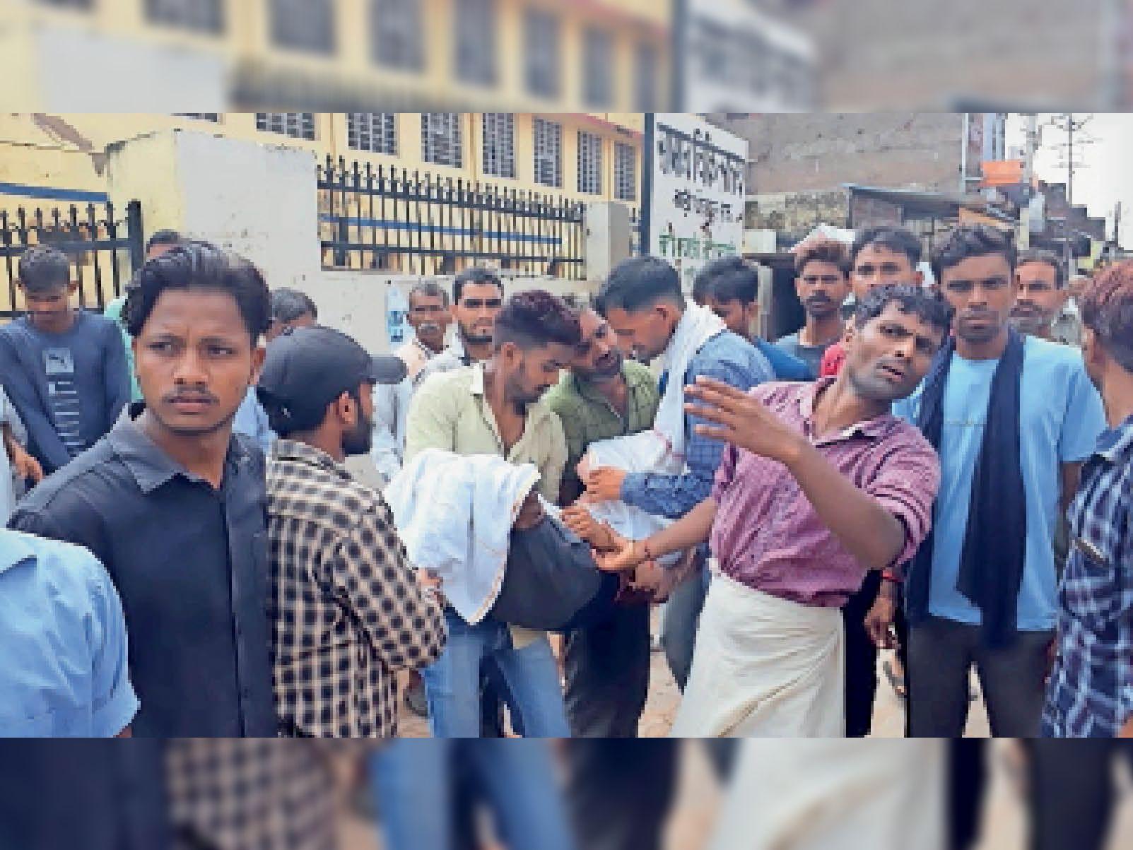 घटना के बाद घायलों को लेकर जाते परिजन। - Dainik Bhaskar