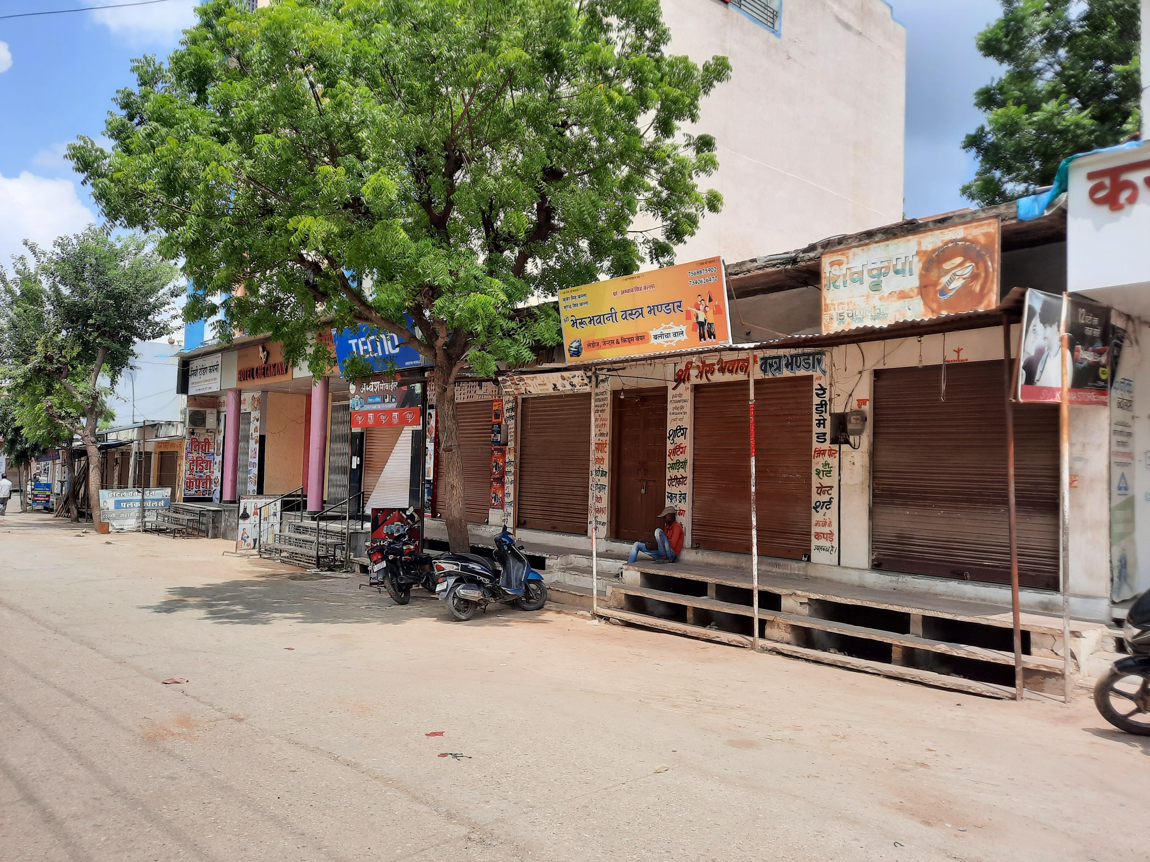 महाविद्यालय और सीएचसी का नया भवन खमनोर मुख्यालय पर ही बनाने की मांग, अनशन पर बैठे सामाजिक कार्यकर्ता की तबीयत बिगड़ी,दुकानें रही बंद|राजसमंद,Rajsamand - Dainik Bhaskar