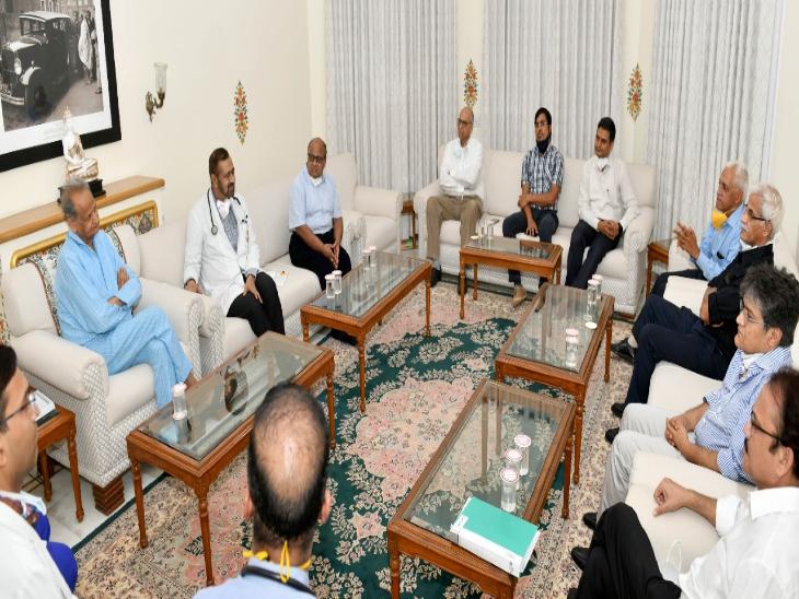 मुख्यमंत्री का हेल्थ चेकअप करने सीएमआर पहुंची डॉक्टर्स की टीम - Dainik Bhaskar