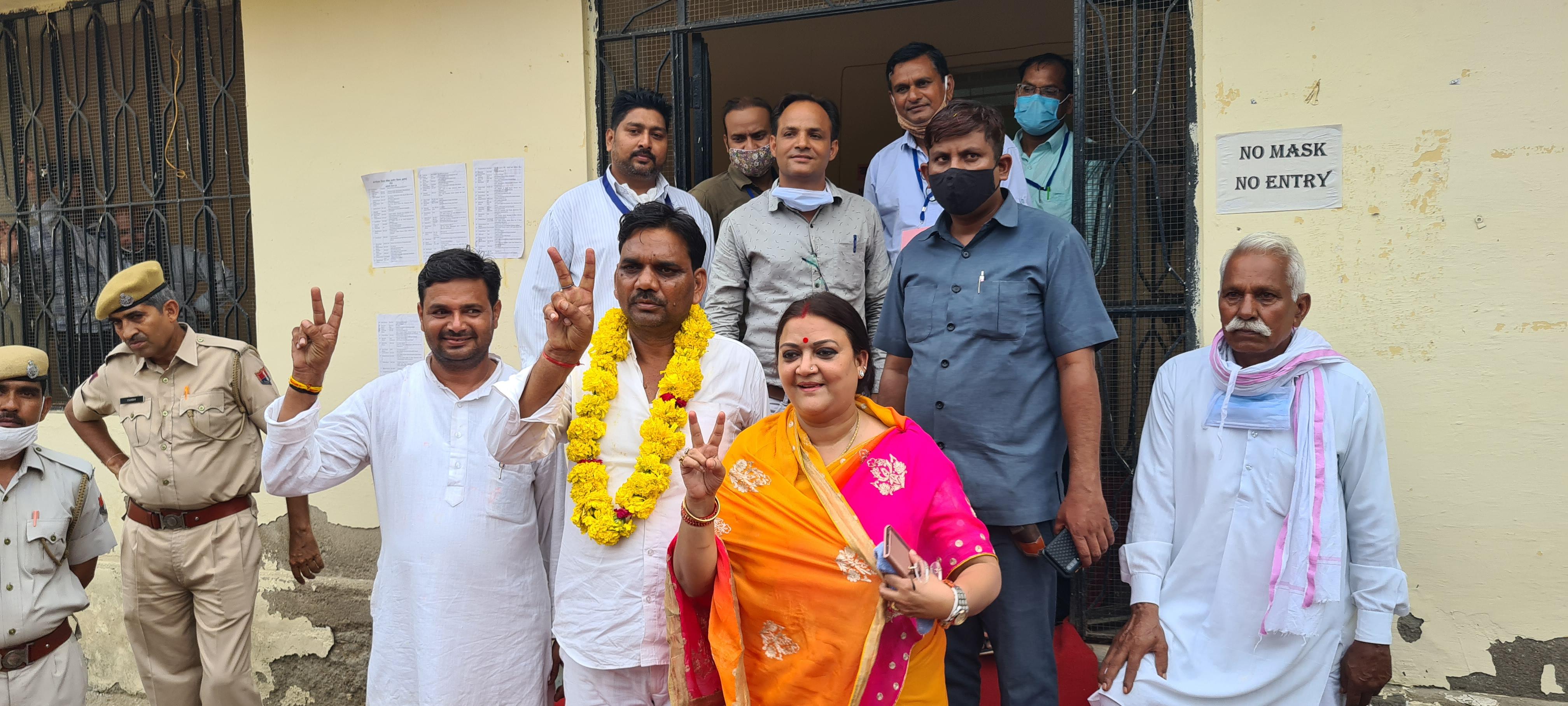 जिला प्रमुख बनने के बाद मंत्री ममता भूपेश के साथ जिला प्रमुख हीरालाल सैनी। - Dainik Bhaskar