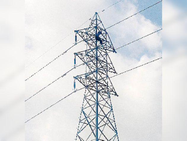 66केवी हाइटेंशन लाइन के टावर पर चढ़ा युवक, चार घंटे की मशक्कत के बाद बिजली कर्मियों ने नीचे उतारा|पलवल,Palwal - Dainik Bhaskar