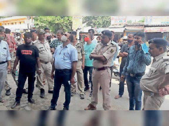 शहर से अतिक्रमण हटाने के दौरान मौजूद अधिकारी। - Dainik Bhaskar