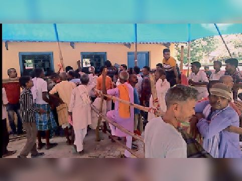 सोमवार को नाजिर रसीद कटाने के लिए जुटी भीड़।