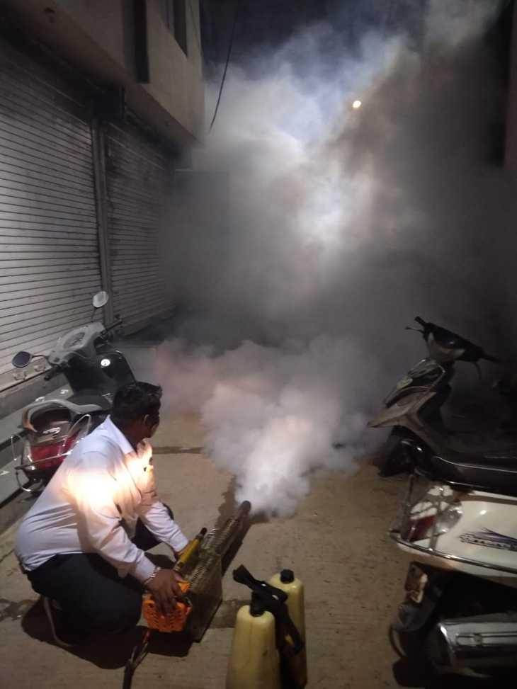 मशीन से धुआ करते कर्मचारी - Dainik Bhaskar