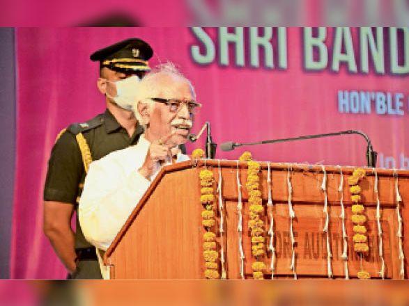एमडीयू के टैगाेर ऑडाेटाेरियम में शिक्षक दिवस पर आयाेजित कार्यक्रम काे संबाेधित करते राज्यपाल बंडारू दत्तात्रेय। - Dainik Bhaskar