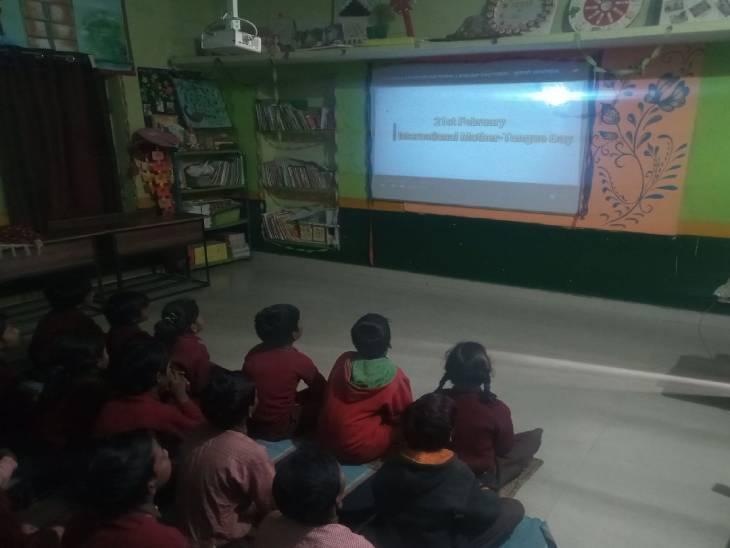 वाराणसी के सरकारी स्कूल में एलईडी स्क्रीन पर चल रही कक्षा। - Dainik Bhaskar